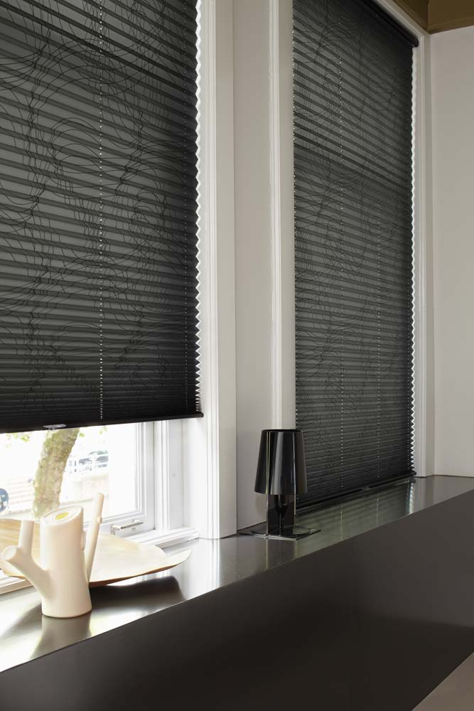 https://heezenwonen.nl/Heezen%20nw/raamdecoratie/pliss%C3%A9/Luxaflex-plissegordijn-gedissineerd.jpg