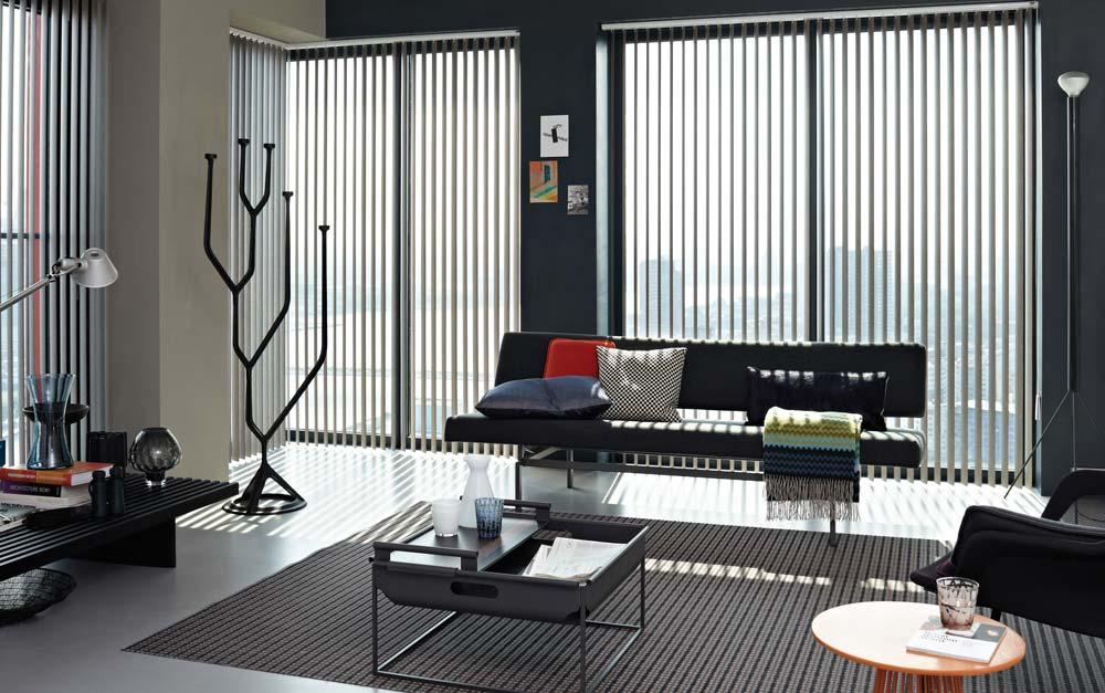 https://heezenwonen.nl/Heezen%20nw/raamdecoratie/vertikale%20lamellen/Luxaflex-vertikale-jalouzie%C3%ABn-sfeer-alu.jpg