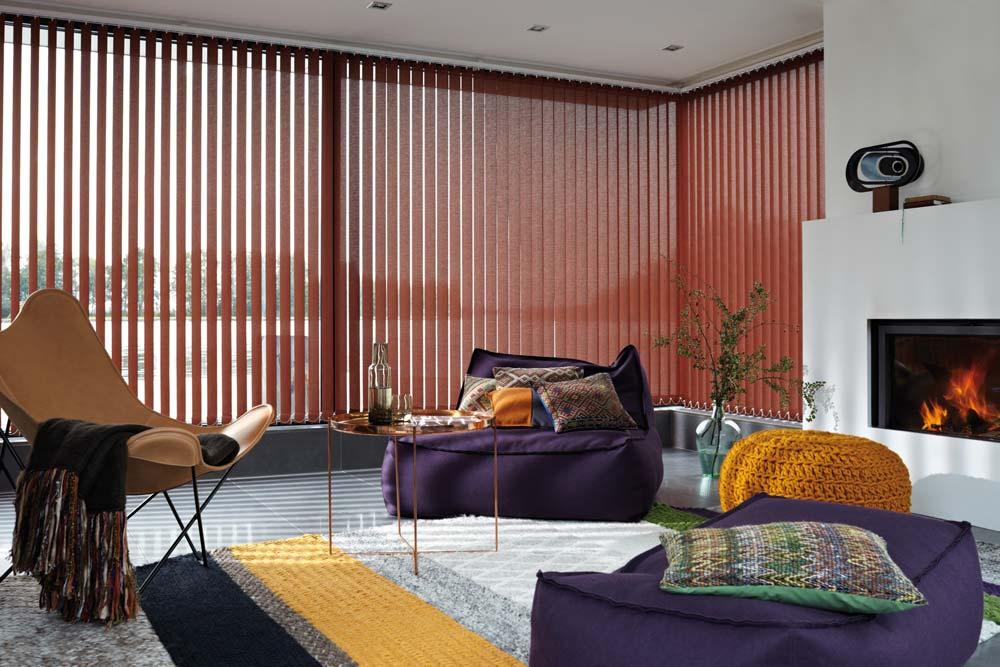 https://heezenwonen.nl/Heezen%20nw/raamdecoratie/vertikale%20lamellen/Luxaflex-vertikale-jalouzie%C3%ABn-sfeer-rood.jpg